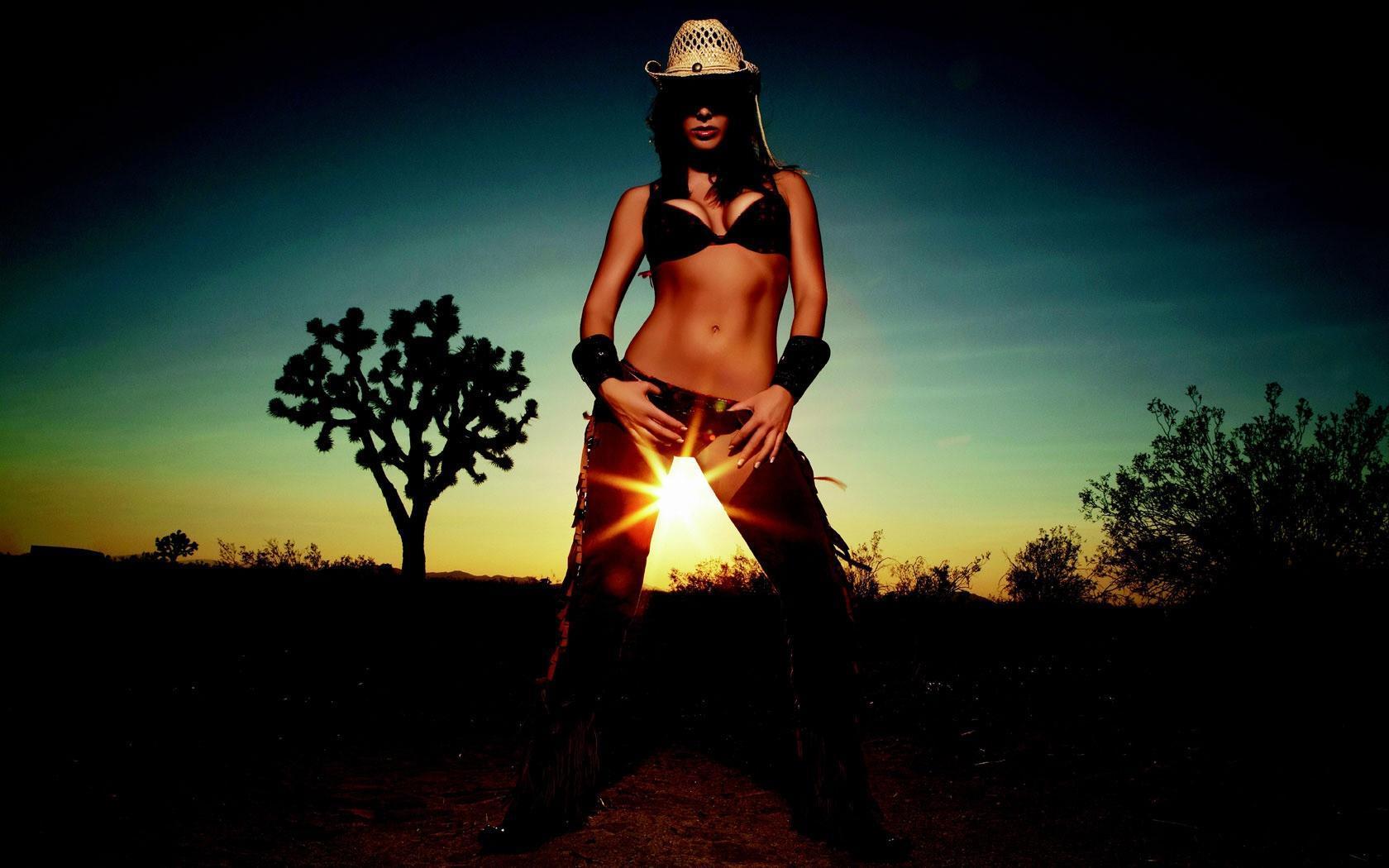 Фото девушка в ковбойской шляпе на пляже 17 фотография